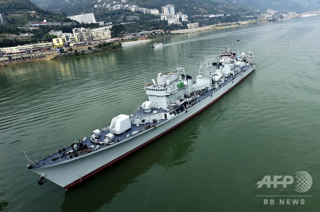 中国海軍の退役軍艦「珠海」、長江の三峡を航行