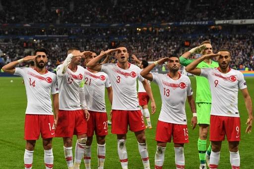 トルコ選手が試合中に軍隊式の敬礼、「政治的」とUEFAが調査