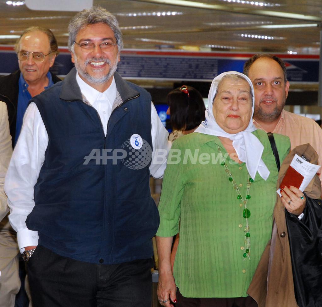 パラグアイ大統領選の投票始まる、野党の元司祭が優勢