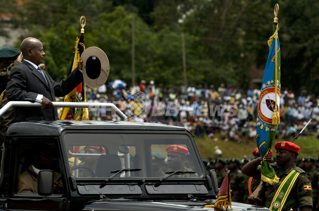 ウガンダで独立46周年祝う記念式典、大統領が閲兵