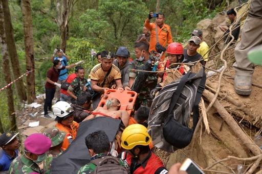 インドネシア違法金鉱崩壊、死者9人 100人生き埋めの恐れも