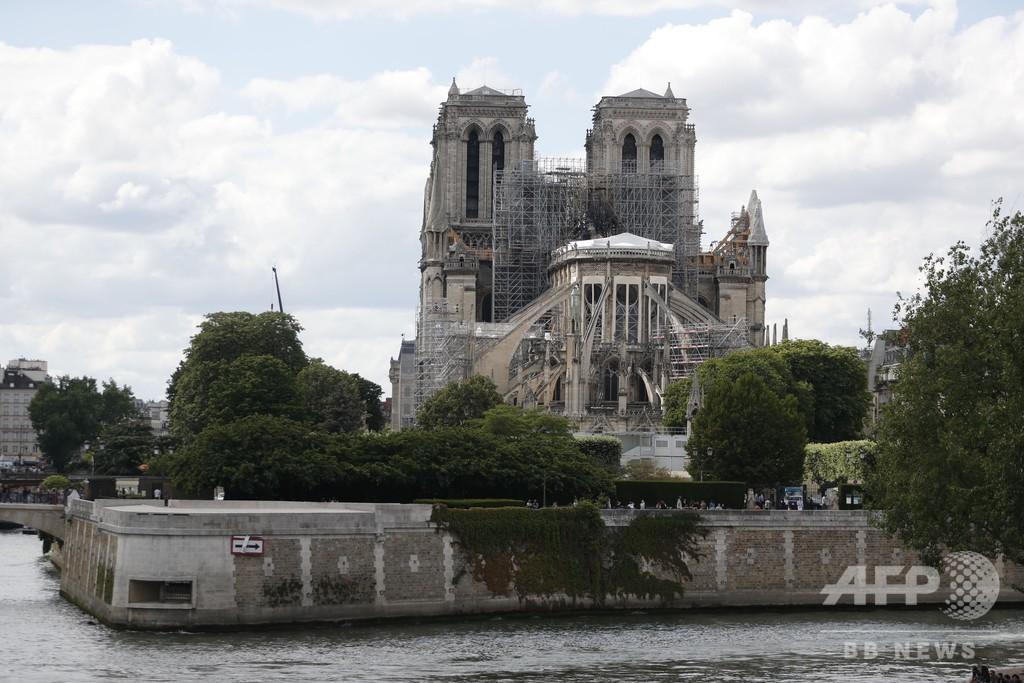 ノートルダム大聖堂で火災後初のミサ、参列者はヘルメット姿 仏パリ
