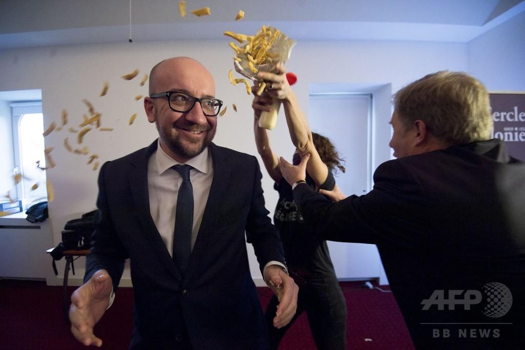 ベルギー首相、演説中にマヨネーズかけられる