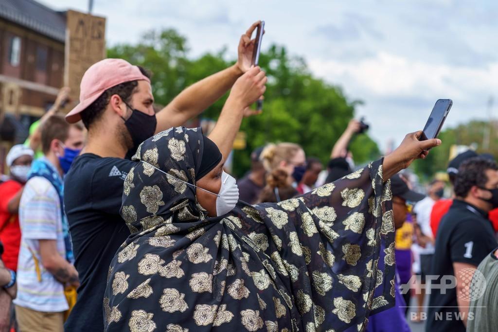 携帯電話のカメラ、人種差別暴く武器に 性急な「裁き」のリスクも