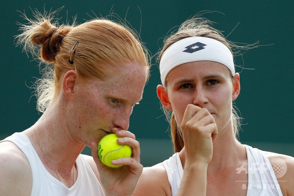 恋人同士がシングルスで対戦、試合後にはキス 女子テニス