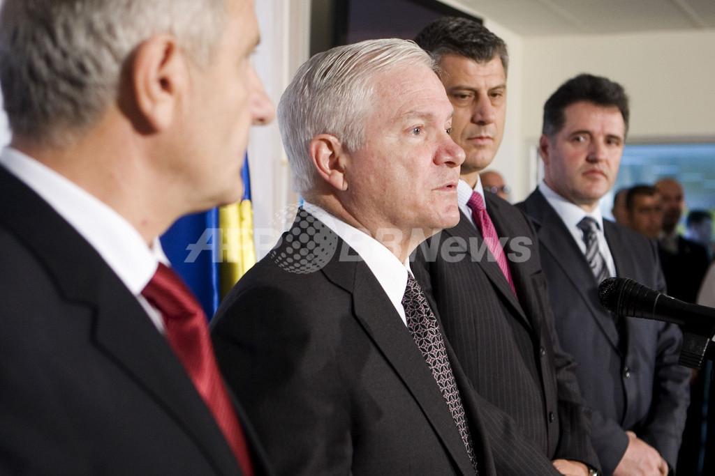 ゲーツ米国防長官がコソボ訪問、分割に「反対」
