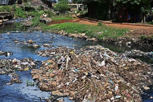 赤ちゃんなどの遺体14体、川の清掃活動中に発見 ケニア首都