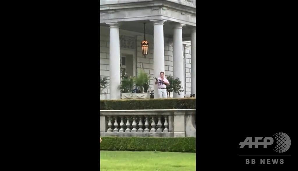 白人夫婦が自宅前通るデモ隊を銃で威嚇、トランプ氏が動画リツイートで物議