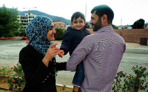 シリア難民一家、ISに拉致された父親と1年ぶりに再会 ギリシャ