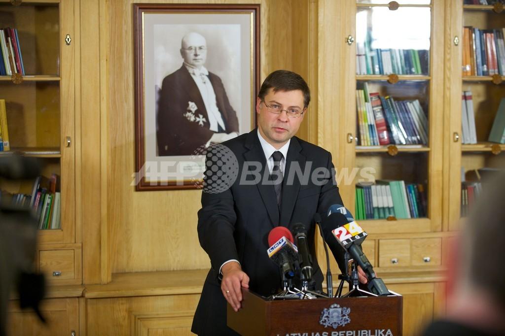 ラトビア首相が辞任、首都のスーパー屋根崩落事故めぐり