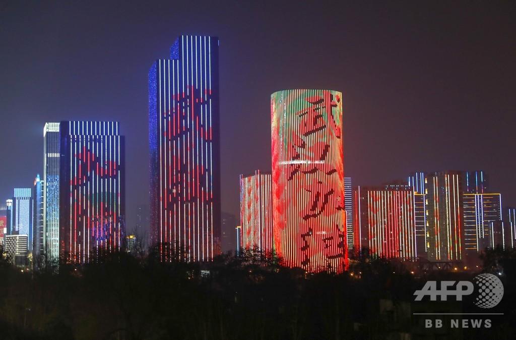 新型ウイルスへ立ち向かう、夜の武漢に「加油」 中国・湖北省