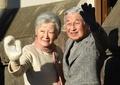 天皇、皇后両陛下 葉山御用邸近くの海岸を散策