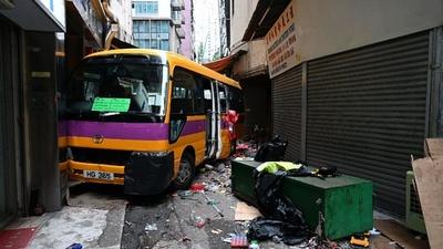 動画:無人のスクールバスが暴走、4人死亡 香港