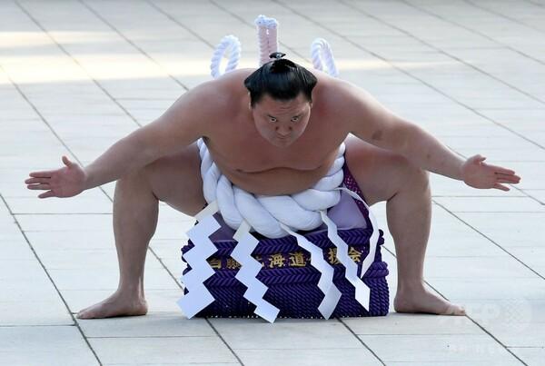 不祥事続出から再建目指す相撲界、3横綱が奉納土俵入り