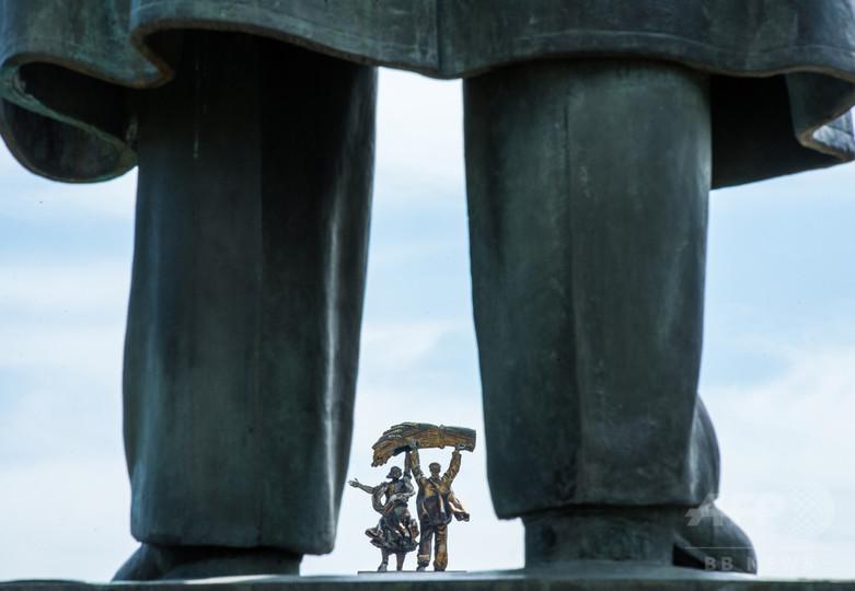 ロシアでまた「自撮り」事故、レーニン像が脚だけに