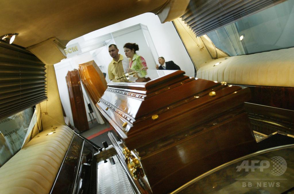 葬儀場で霊柩車ジャック、遺体乗せたままカーチェイス 豪州
