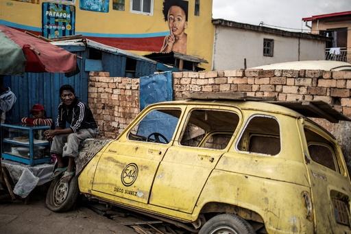今でも現役、マダガスカルを走り続けるレトロな車