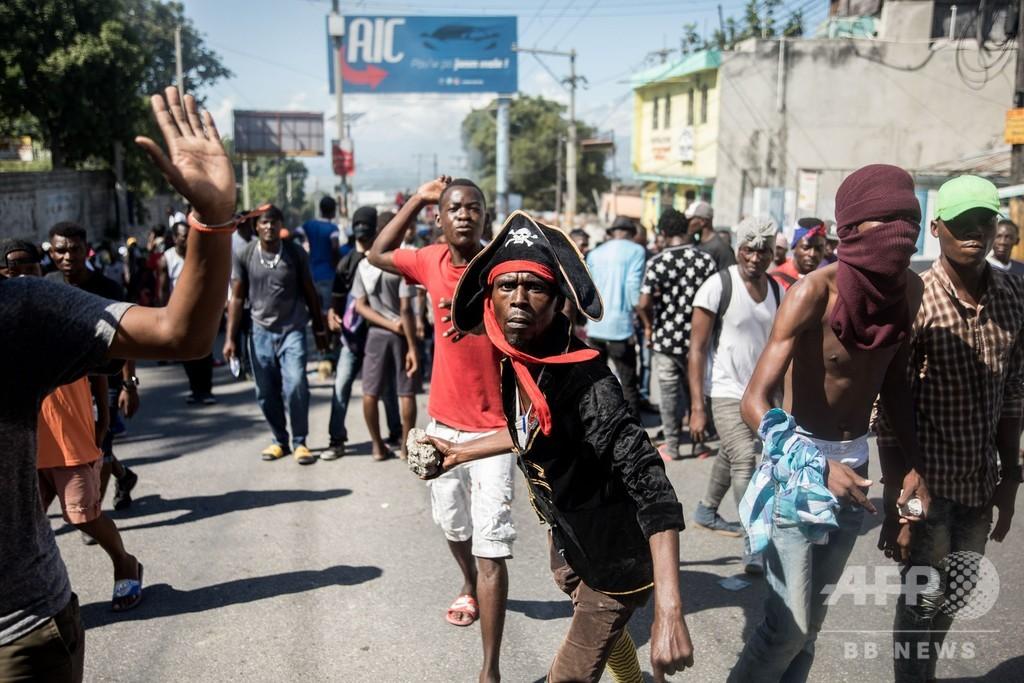 ハイチ首都、警官賃上げデモと反政府デモ 2人死亡