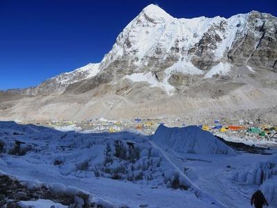 中国人女性がエベレスト今季初登頂者に、ヘリ利用で記録は未定