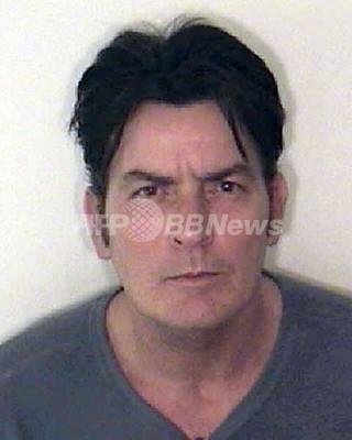 俳優チャーリー・シーン、DV容疑で逮捕