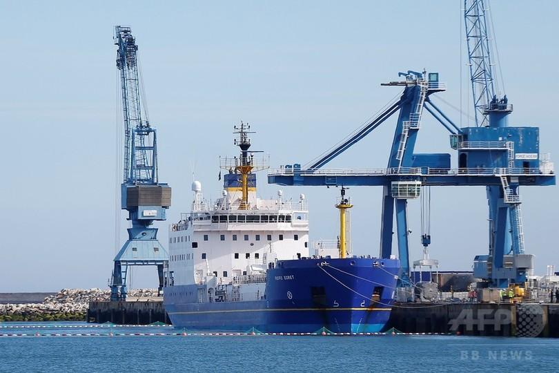 日本の原発で使うMOX燃料がフランス出港 活動家の抗議も