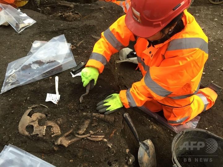 ロンドン市内で遺骨3000体の発掘作業始まる、新駅予定地で