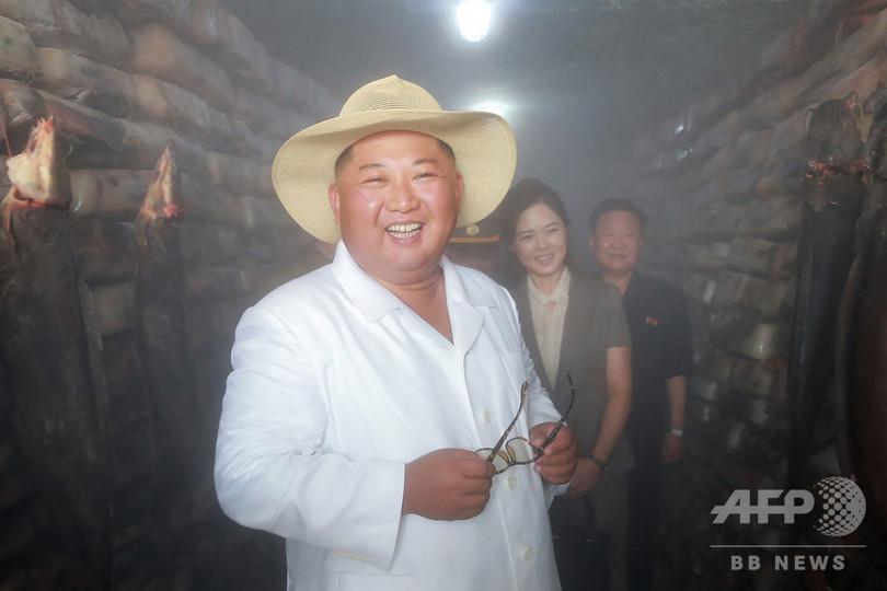 金正恩氏、帽子姿でナマズ養殖場を視察 満面の笑み