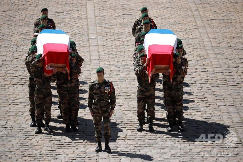 ブルキナ人質救出で死亡の2仏兵を追悼、パリで式典 危険冒した観光客に批判も