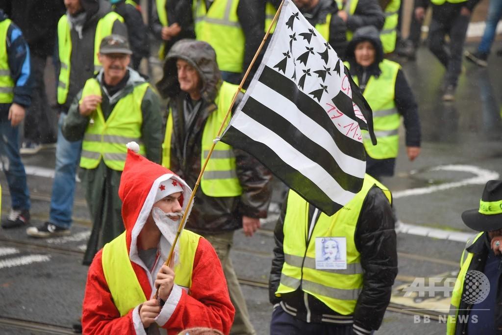 仏「黄色いベスト」運動6週目、参加者さらに減少 交通事故で10人目の死者