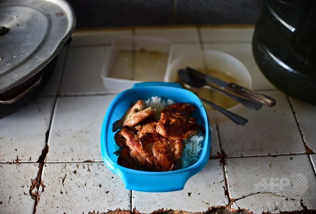 すかすかの冷蔵庫にわずかな食事、経済危機ベネズエラの庶民生活