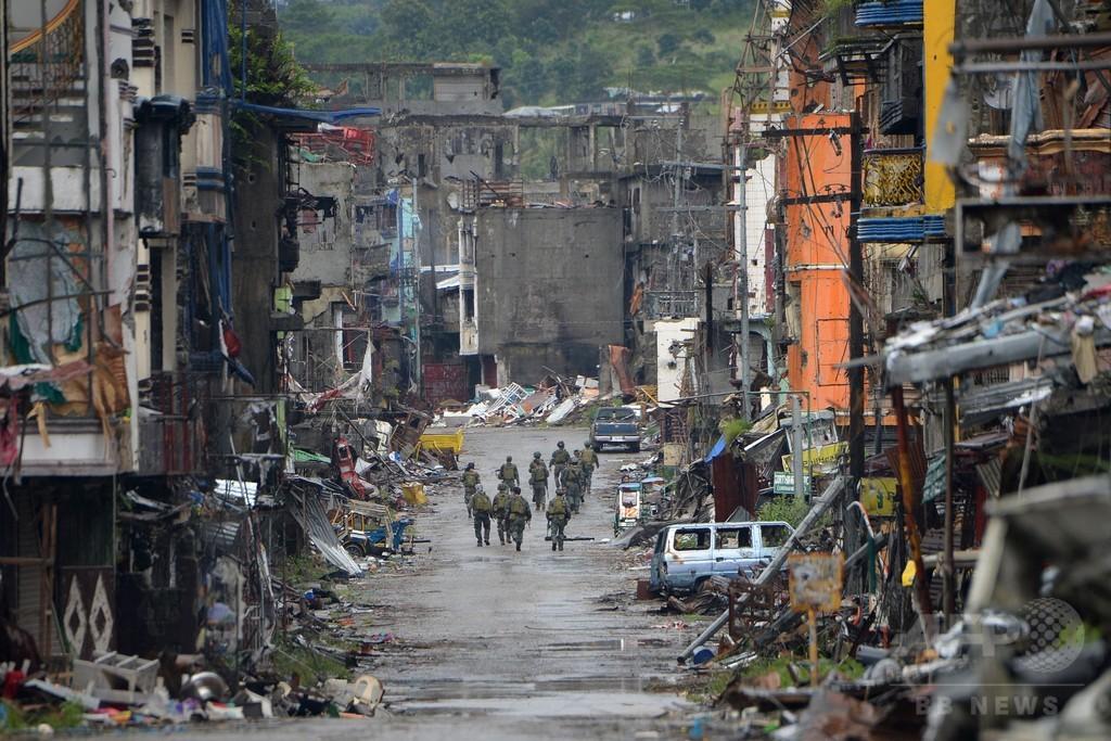 フィリピン南部マラウィ、「テロリストから解放」と大統領が宣言