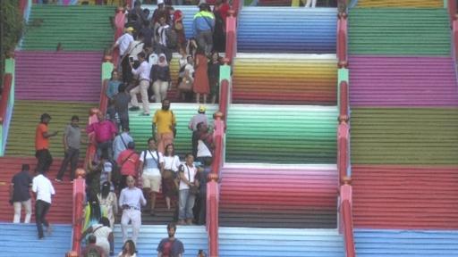 動画:寺院の改修失敗? 無許可で階段をカラフルに塗り替え マレーシア