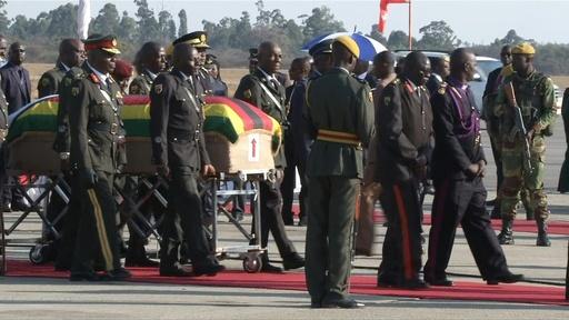 動画:ムガベ氏の遺体がジンバブエ到着 埋葬地めぐり対立も