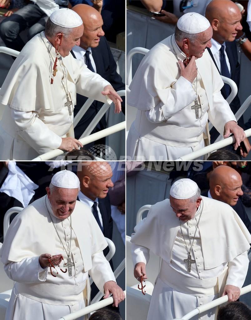 フランシスコ法王危機一髪? 信者が投げたロザリオが直撃