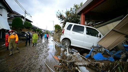 動画:台風19号の死者74人に、行方不明者の捜索続く