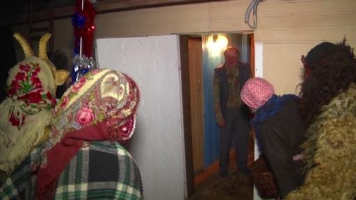 動画:家々を陽気に訪問、飲んだり食べたり ベラルーシのXマス儀式