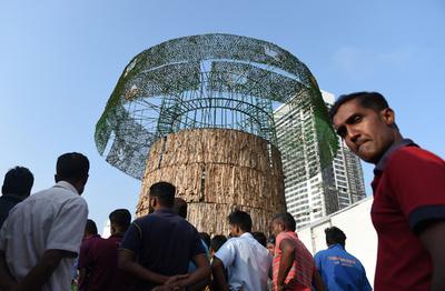 世界一の人工クリスマスツリー建設再開、批判的な大司教を説得 スリランカ