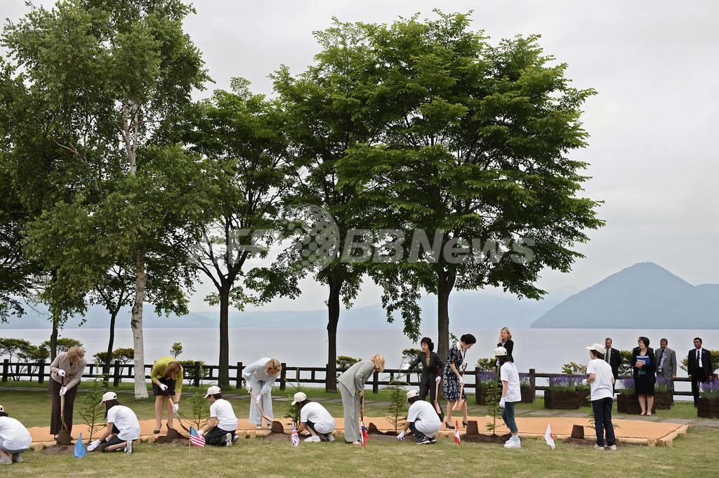 G8首脳夫人、洞爺湖町で記念植樹