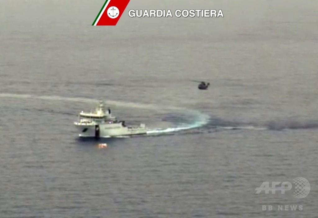 リビア沖で難民船転覆、700人死亡か 過去最悪の惨事に怒りの声