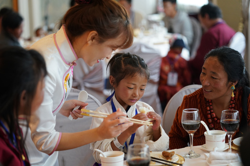 手術前に北京ダックを堪能 チベットの先天性心疾患の子どもたち