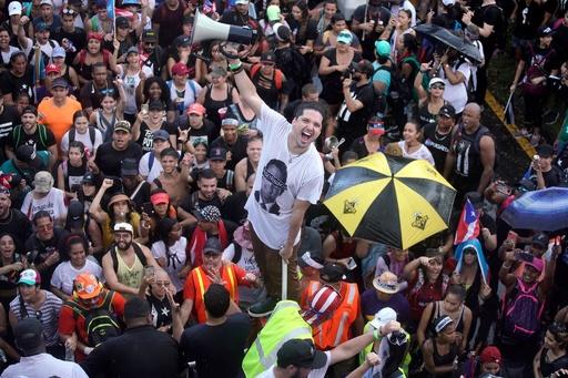 米領プエルトリコ、知事辞任求め大規模デモ 歌手R・マーティンさんも行進