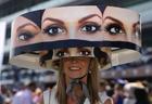 奇抜な帽子で競馬観戦する女性、ドバイ・ワールドカップ