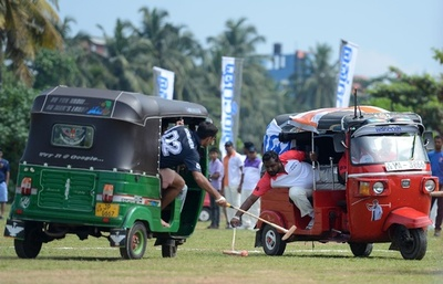 三輪自動車に乗って球を打つ、スリランカで「変わり」ポロ大会