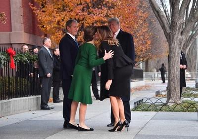 トランプ大統領夫妻、ブッシュ元大統領夫妻と面会