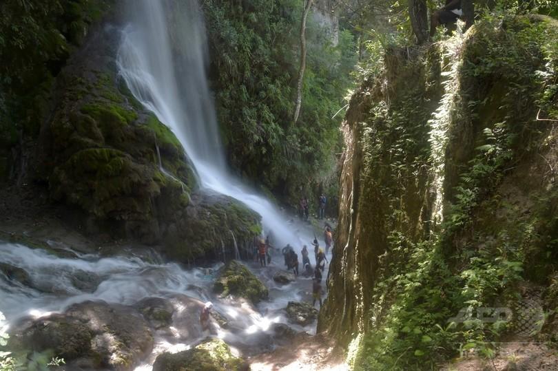 ブードゥー教の信者ら、巡礼の行事で沐浴 ハイチ