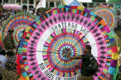 グアテマラの万聖節、空を舞う色鮮やかな大型たこ