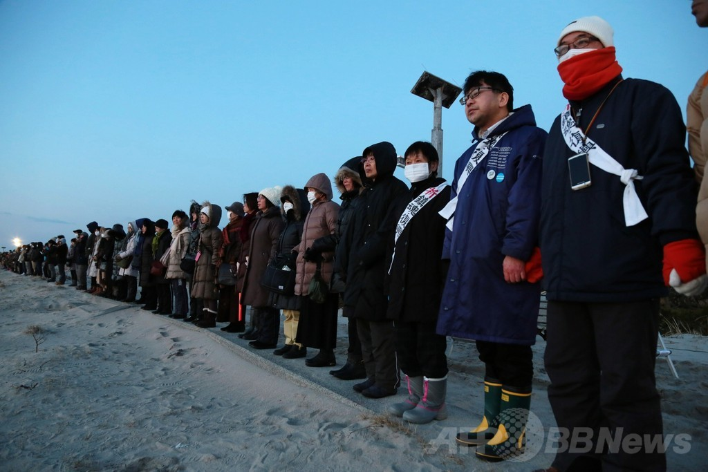 大震災から3年、海岸で犠牲者に捧げる祈り 福島県