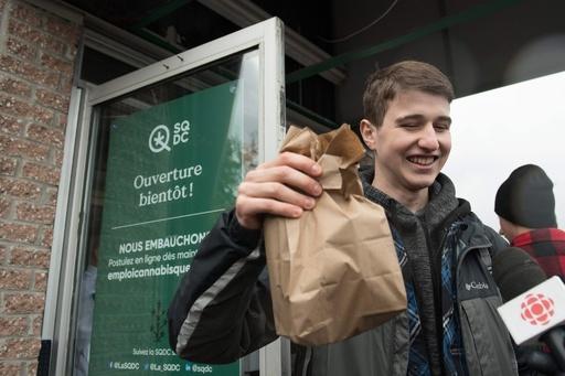 大麻解禁で販売店に長蛇の列、品不足も カナダ