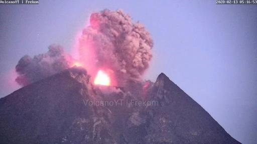 動画:インドネシア・ムラピ山が噴火、溶岩流出