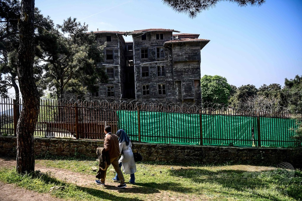 欧州一の木造建築、救出を待つ トルコ・イスタンブール